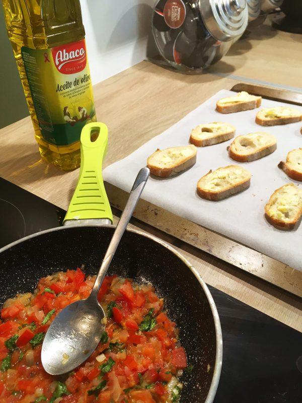 ajouter la tomate et le coriandre et cuire jusqu'à la tomate devient fondante