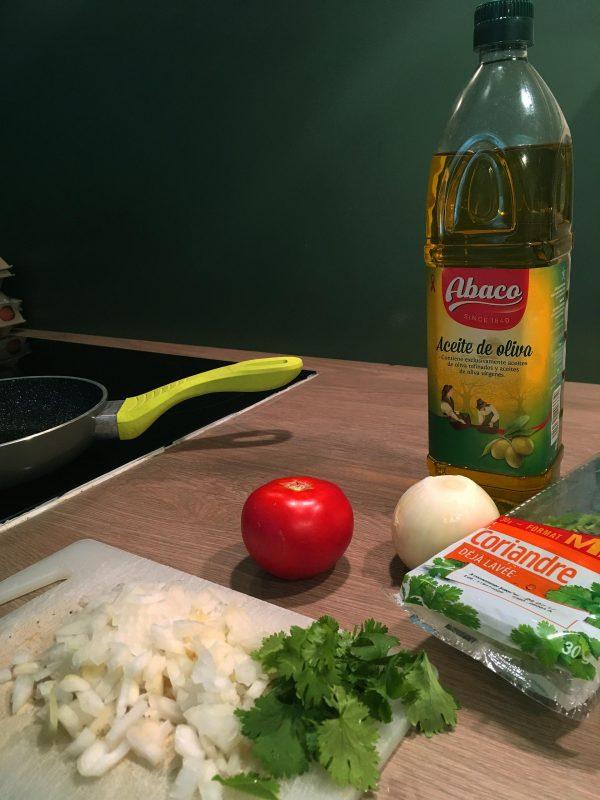 chauffer une poêle avec l'huile d'olive et préchauffer la grille de votre four (niveau moyen)