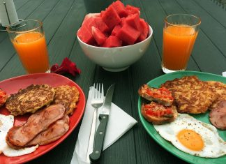 brunch américain salé petit déjeuner bacon pancake pomme de terre oeuf toast pasteque jus orange