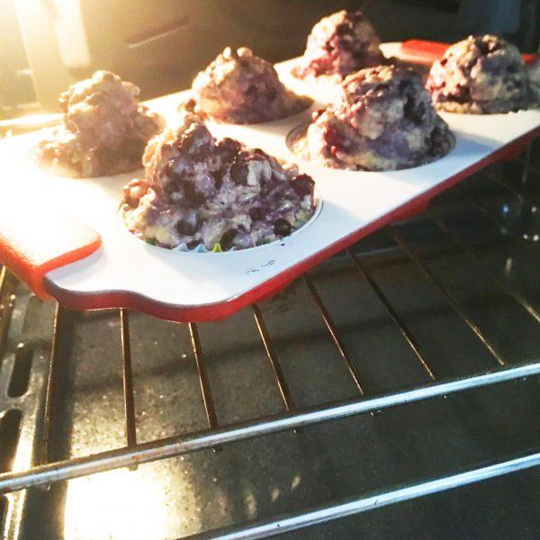 Remplir le moule à muffins - chaque trou sera très rempli - la pâte est très épaisse.